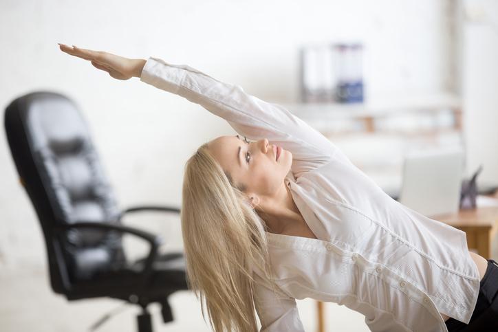 Utför några enkla yogaövningar på kontoret